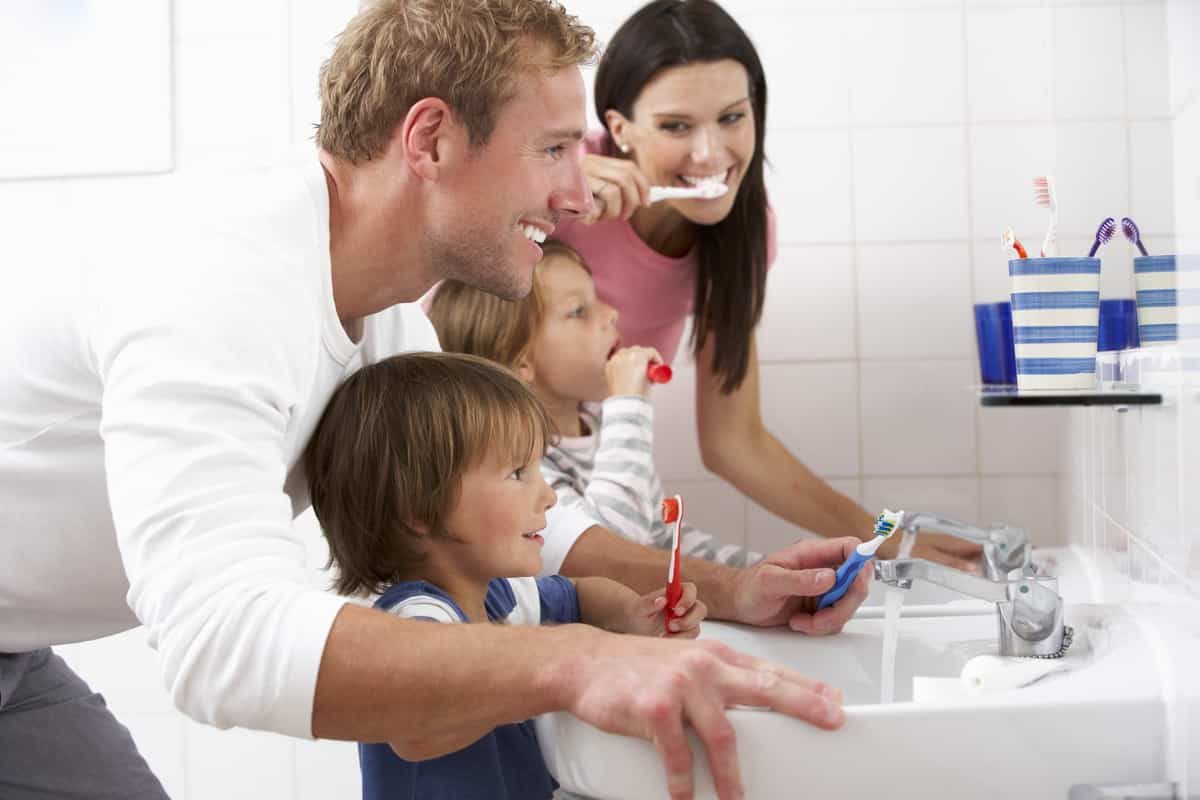 Service Featured Image (parents brushing teeth with children)
